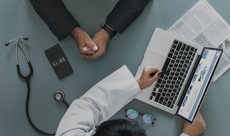 Cómo aumentar la visibilidad de tu producto sanitario más allá del consumidor:  El reto de llegar al profesional